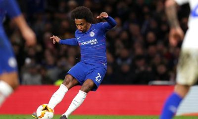 Tottenham target Willian in talks with Chelsea over new deal
