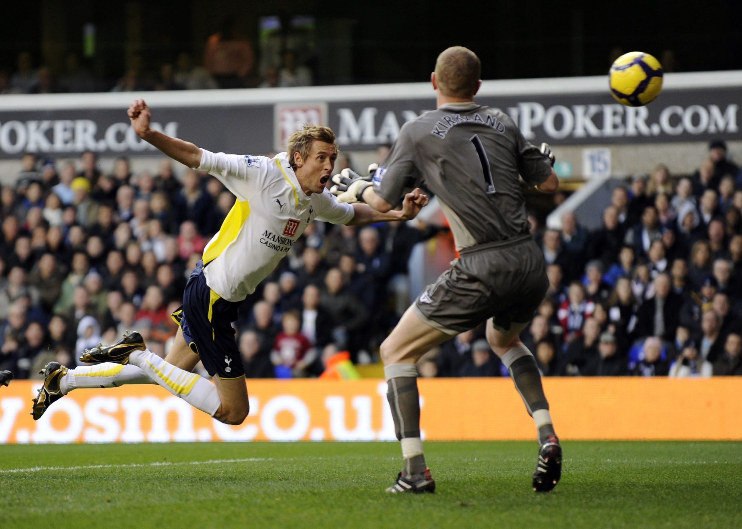 Crouch heads brilliantly to put Spurs 1-0 ahead with just 9 minutes played. (GETTY Images)