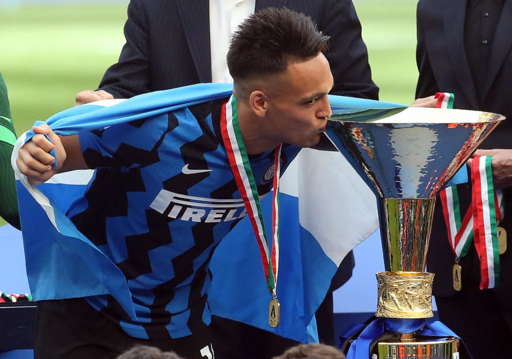 Martinez with Serie A title that he won with Inter last season.