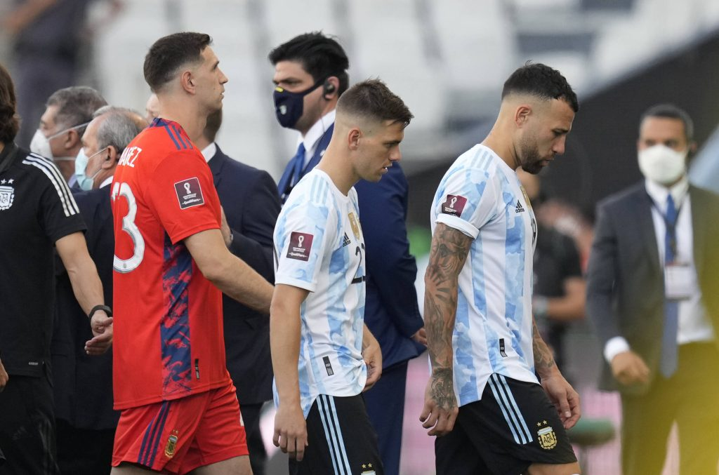 Argentina s Nicolas Otamendi, right, Argentina s Giovani Lo Celso, center, and Argentina s goalkeeper Emiliano Martinez walk off the field as the game against Brazil is interrupted by health authorities during a qualifying soccer match for the FIFA World Cup, WM, Weltmeisterschaft, Fussball Qatar 2022 at Neo Quimica Arena stadium in Sao Paulo, Brazil, Sunday, Sept.5, 2021. Argentina walked off the field Sunday after only seven minutes of its World Cup qualifier against host Brazil after health officials came onto the pitch following coronavirus concerns about three Argentina players. AP Photo/Andre Penner PUBLICATIONxINxGERxSUIxAUTxONLY Copyright: xAndrexPennerx 62223520
